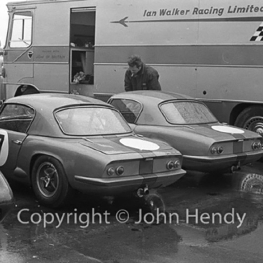 Silverstone 1964 : GT cars Untimited. Jim courre pour le Ian Walker Racing Team © John Hendy