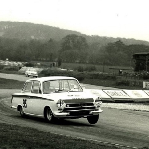 1964 Goodwood Meeting Easter Monday  Jim et la Lotus Cortina avec la roue avant gauche en l'air...