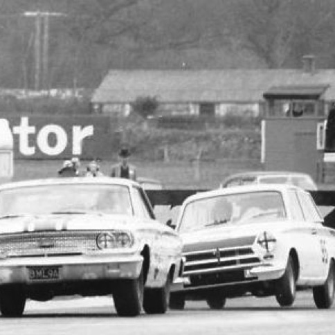 1964 Jim sur la Cortina LOtus chasse Jack Sears sur Ford Galaxie à Goodwood