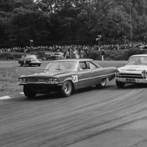 1966 Brian Muir (Ford Galaxie) ldevant  Jim Clark (Lotus Cortina) avec  Chris Craft et Mike Young (Ford Anglia) à Brands Hatch 1966.